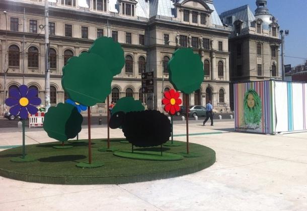 Piaţa Universităţii pomi de plastic