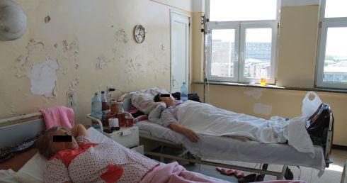 spital, salon cu pereții coșcogiți